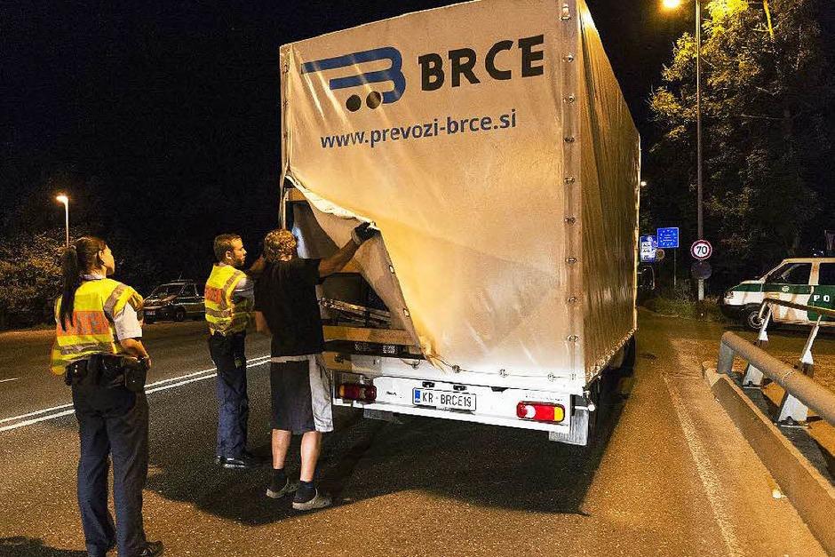 Beamte der Bundespolizei kontrollieren einen aus Slowenien stammenden Laster an der deutsch-österreichischen Grenze. (Foto: AFP)