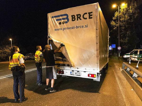 Beamte der Bundespolizei kontrollieren einen aus Slowenien stammenden Laster an der deutsch-österreichischen Grenze.