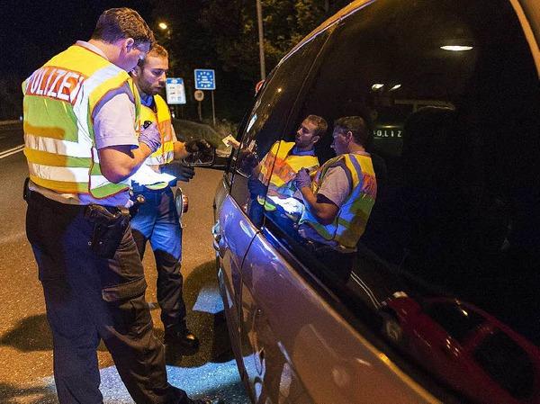 Ein Auto aus Ungarn wird von der Polizei beim Grenzübergang Freilassing kontrolliert.