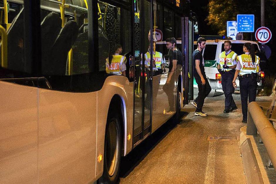 Ein Flüchtling wird in einem Bus kontrolliert. (Foto: AFP)