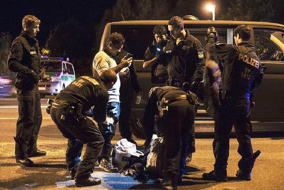 Bundespolizisten kontrollieren die Papiere eines Einreisenden beim Grenzübergang Freilassing. (Foto: AFP)