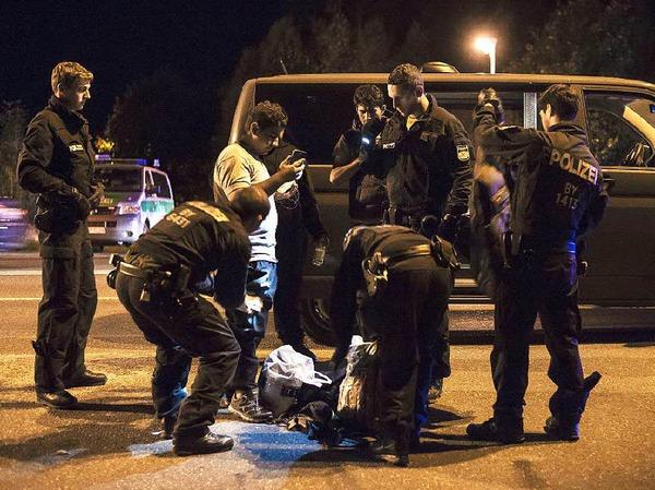 Bundespolizisten kontrollieren die Papiere eines Einreisenden beim Grenzübergang Freilassing.