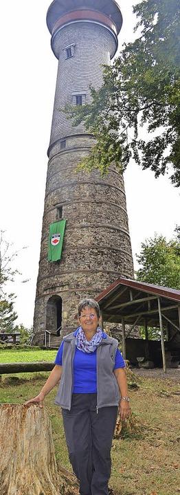 "SV-Vorsitzende Marita Sütterlin vor ""ihrem"" Turm    Foto: Paul Berger"