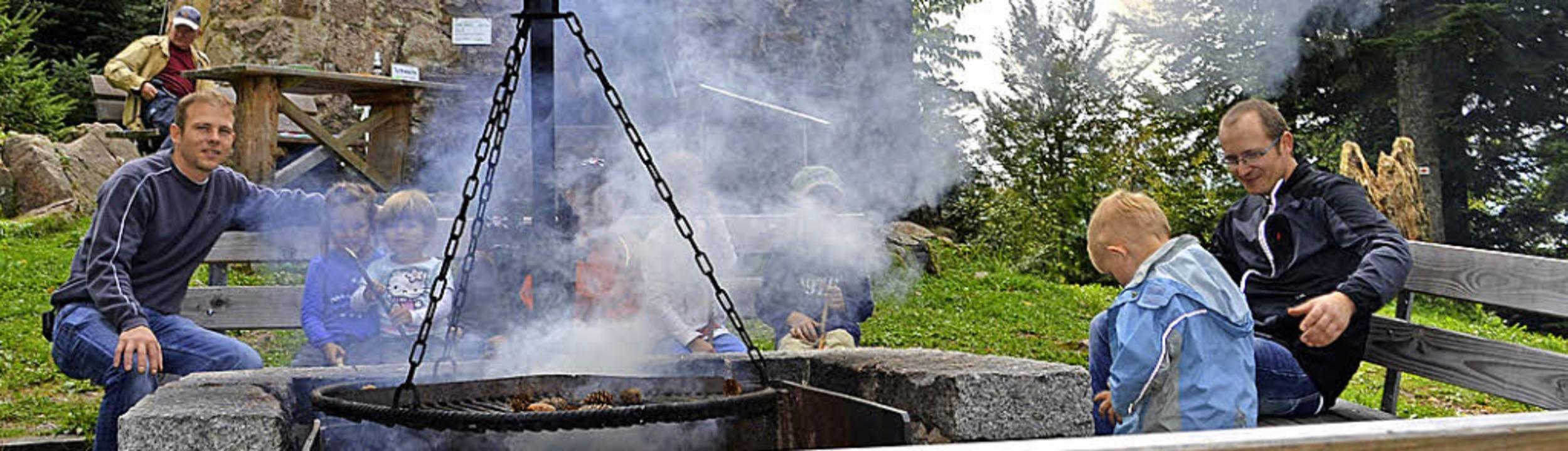 Grillen beim Turm – dafür waren ...anderer buchstäblich Feuer und Flamme.    Foto: Paul Berger