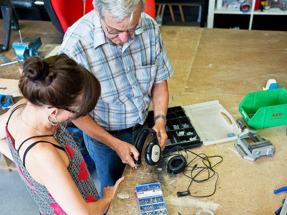 Gemeinsam reparieren: Dieser Kopfhörer...n  setzen das Gerät zusammen instand.   | Foto: DPA