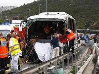 Reisebus aus dem Raum Karlsruhe durchbricht Mautstation – 1 Tote