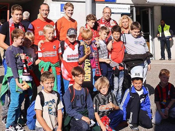Timo hatte bei B. Zettis Ferienspaß ein Special gewonnen und durfte mit seiner Fußballmannschaft, der E-Jugend der Sportfreunde Schliengen, das Fußballspiel SC Freiburg gegen Arminia Bielefeld erleben und das Schwarzwald-Stadion besichtigen.