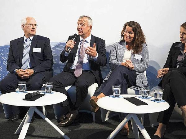Ein Thema in der Runde auf dem Podium: Können wir es uns angesichts der Fachkräfteengpässe in Spitzenpositionen leisten, weiter auf die Führungspotenziale von Frauen zu verzichten?