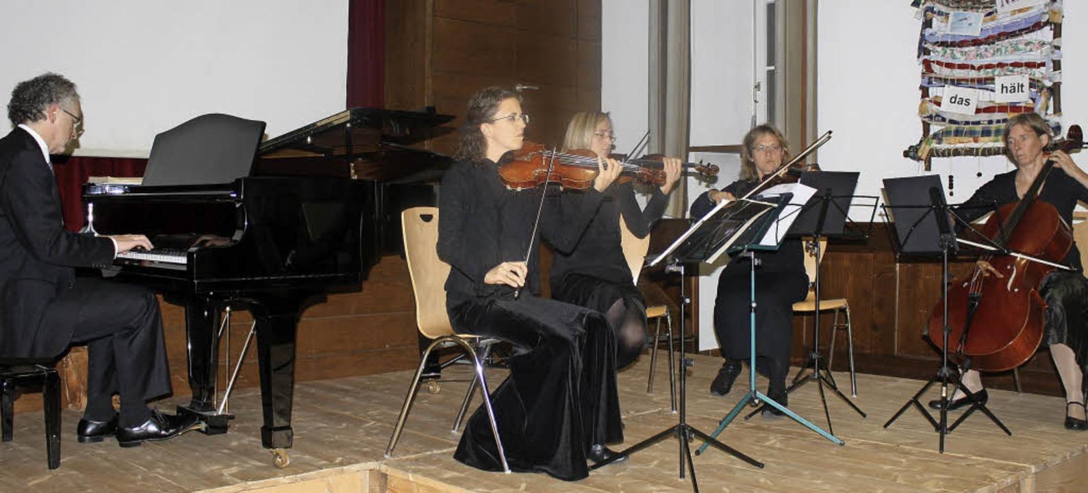 Ein Streichquartett – Carina Kal...rtson (Klavier) als Solist darbietet.     Foto: Hildegard Karig