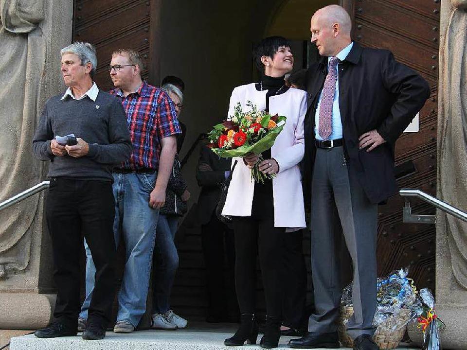 Es ist geschafft: Bürgermeister Rüdige... Rathaustreppe  über das Wahlergebnis.  | Foto: Alexander Huber