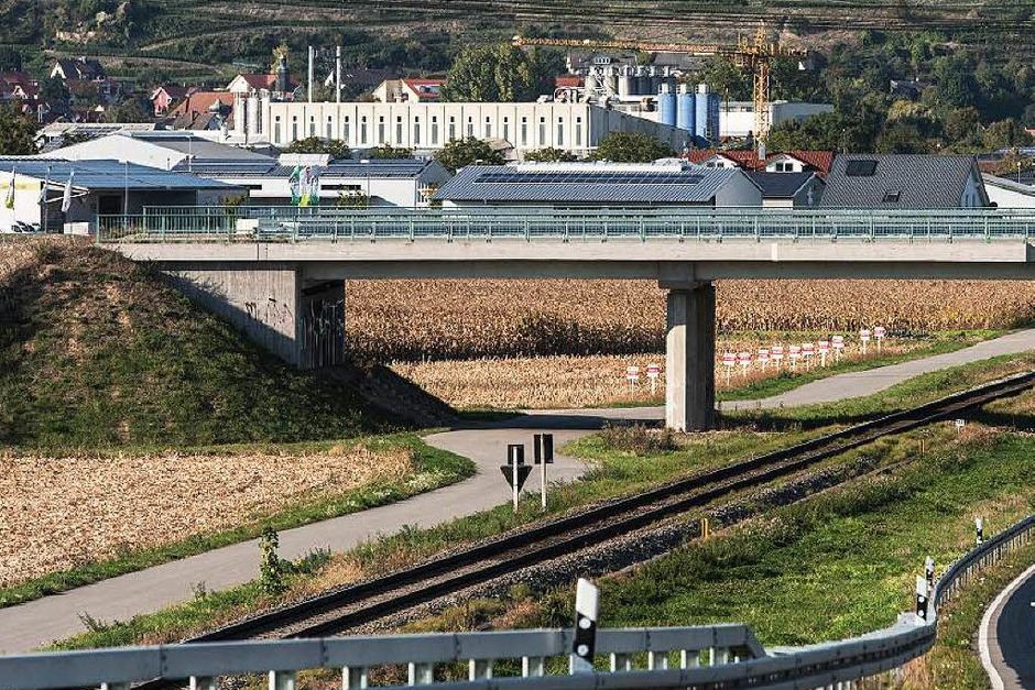 """1,1 Millionen Euro kostete eine Brücke bei Gottenheim (Kreis Breisgau-Hochschwarzwald), die laut Steuerzahlerbund seit drei Jahren nur """"so da"""" herumsteht. Gedacht ist das Bauwerk für die neue Bundesstraße 31 West - die notwendige Straße dafür gibt es jedoch bis heute nicht. Das Ziel, die Brücke an das Straßennetz anzuschließen, gebe es immer noch. (Foto: dpa)"""