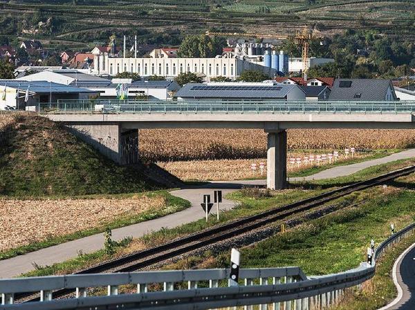 """1,1 Millionen Euro kostete eine Brücke bei Gottenheim (Kreis Breisgau-Hochschwarzwald), die laut Steuerzahlerbund seit drei Jahren nur """"so da"""" herumsteht. Gedacht ist das Bauwerk für die neue Bundesstraße 31 West - die notwendige Straße dafür gibt es jedoch bis heute nicht. Das Ziel, die Brücke an das Straßennetz anzuschließen, gebe es immer noch."""