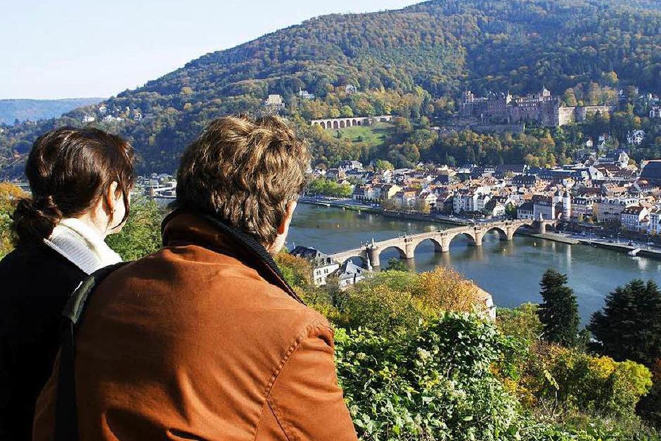 Vom Philosophenweg in Heidelberg hat man einen herrlichen Blick auf die Altstadt. Laut Steuerzahlerbund baute die Stadt ein Geländer für 45.000 Euro. Weil es aber zu hoch war, ließ die Stadt es absenken - für 5000 Euro. (Foto: dpa)