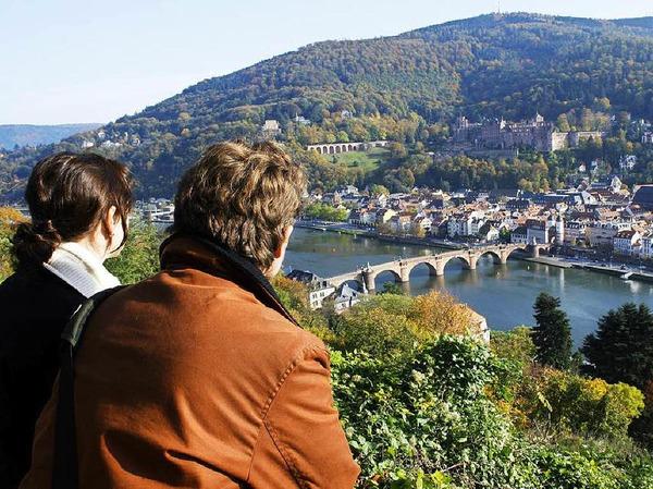 Vom Philosophenweg in Heidelberg hat man einen herrlichen Blick auf die Altstadt. Laut Steuerzahlerbund baute die Stadt ein Geländer für 45.000 Euro. Weil es aber zu hoch war, ließ die Stadt es absenken - für 5000 Euro.