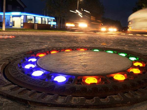 """Mit illuminierten Gullydeckeln in einem Verkehrskreisel habe das niedersächsische Wallenhorst Glanzlichter setzen wollen. Für die 10.000 Euro teure Lichtinstallation habe es aber vor allem Spott gegeben. Das Licht habe so schwach geleuchtet, dass schnell der Name """"Glühwürmchen-Kreisel"""" geboren worden sei."""
