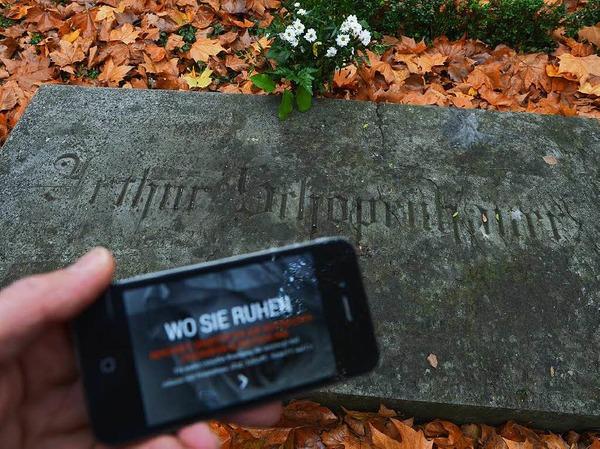 Das Kulturstaatsministerium fördere eine Friedhofs-App. Mit Hilfe des Smartphones könnten sich Nutzer mehr als 1000 Gräber berühmter Persönlichkeiten anschauen - eine Art Friedhofs-Sightseeing. Die neue App habe viele schlechte Bewertungen im App-Store erhalten. Kosten: 548.000 Euro Steuerzahlergeld.