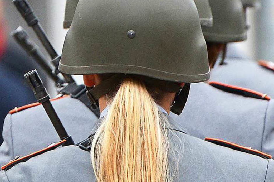 Um Frauen für die Bundeswehr zu begeistern, habe das Verteidigungsministerium 344.000 Euro in eine Kampagne investiert. Die Botschaft habe aber starke Kritik ausgelöst, denn die Werbeplakate hätten Frauen klischeehaft vor einem Kleiderschrank oder beim Anziehen ihrer Schuhe gezeigt. Inzwischen ist die Internetseite deaktiviert und die Werbung angepasst. (Foto: dpa)