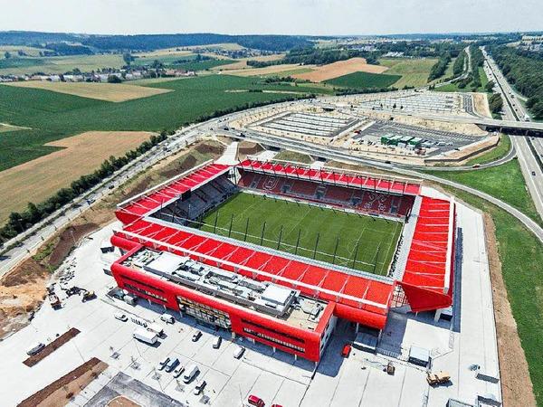 Für den mittlerweile in der 4. Liga spielenden Fußballverein SSV Jahn Regensburg habe die Stadt ein neues Stadion, die Continental Arena, für mehr als 50 Millionen  Euro errichtet. Ein Teil der Kosten soll durch Einnahmen aus der Veräußerung des Namensrechts, aus Mieteinnahmen und für die Nutzung der Arena durch den SSV Jahn Regensburg gedeckt werden.
