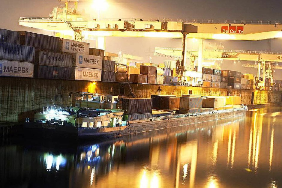 Bevor im Duisburger Innenhafen die Gebäude fertig waren, sei bereits eine Stufenpromenade gebaut worden. Um die ungenutzte Stufenpromenade nun gegen Wind und Wetter zu schützen, sollen laut Steuerzahlerbund 550.000 Euro ausgegeben werden. (Foto: dpa)
