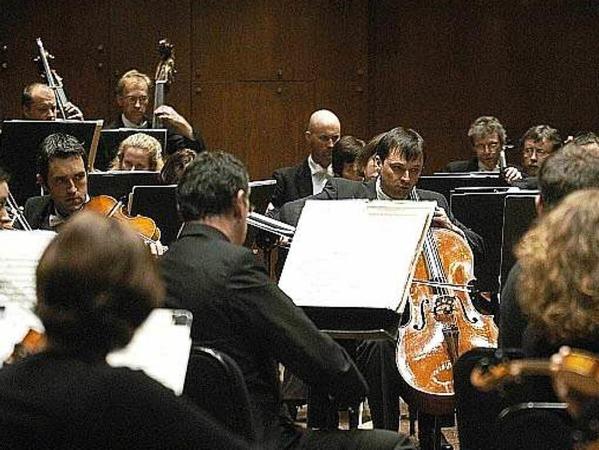 Wenn in der Kölner Philharmonie die Musiker proben oder konzertieren, werde der Heinrich-Böll-Platz über der Philharmonie gesperrt. Denn wegen mangelhafter Schallisolierung vergrätzen die Fußgänger Musikern und Zuhörern den Kunstgenuss. Die Bewachung verschlinge jedes Jahr rund 100.000 Euro. Abhilfe sei seit gut 15 Jahren noch immer nicht in Sicht.