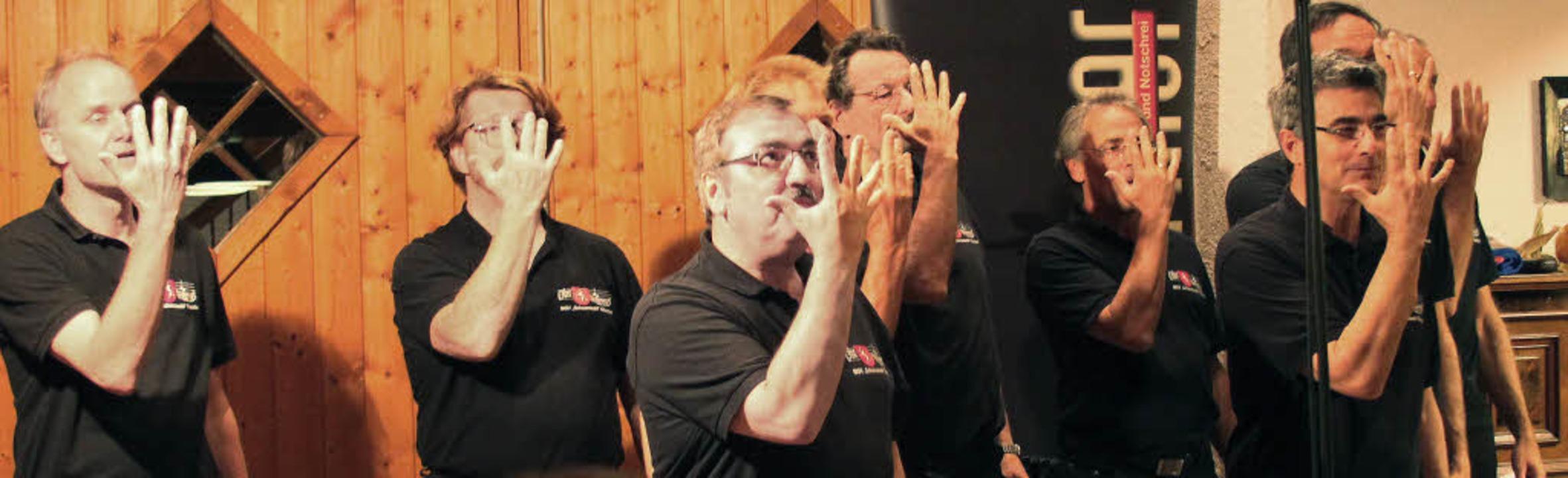 Kein Gesang ohne passende Choreografie...itt beim Landmännerabend in Oberried.   | Foto: Erich Krieger