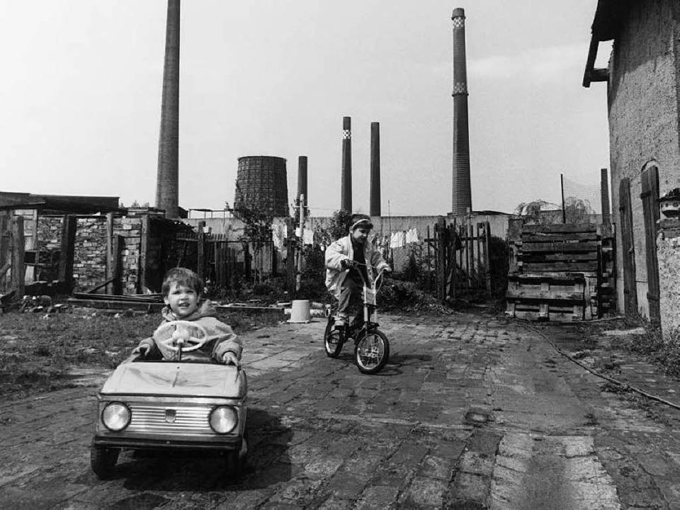 Wohnen unter Schloten: Kinder spielen ...Die Aufnahme stammt aus dem Jahr 1991.  | Foto: Bonn-Sequenz