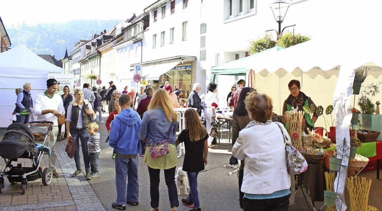 Floh- und Schnäppchenmarkt belebten die Schönauer Straße.     Foto: Jacob