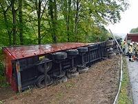 Laster kippt auf der B294 bei Freiburg um - Vollsperrung
