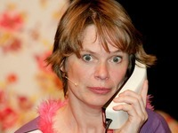 Stefanie B. Fritz spielt Cavewoman in Offenburg