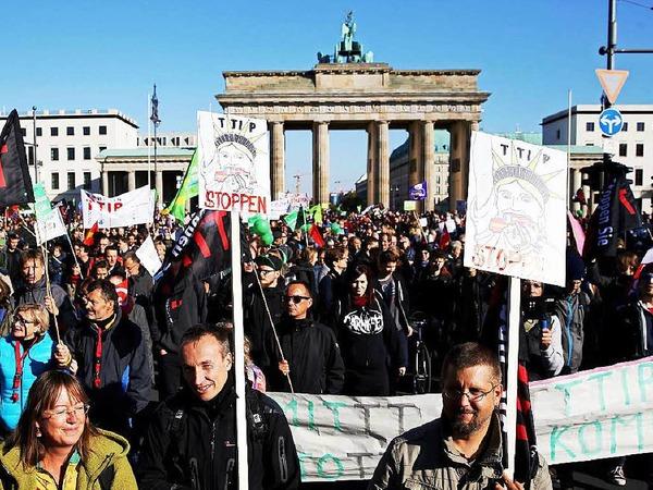Es war eine der größten Demonstrationen der vergangenen Jahre in Deutschland: Mindestens 150 000 Menschen haben am Samstag in Berlin gegen die geplanten Freihandelsabkommen mit den USA und Kanada (TTIP und CETA) protestiert.