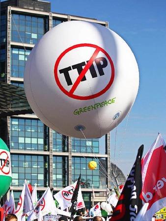 Sie fordern, die TTIP-Verhandlungen mit den USA zu stoppen und das mit Kanada verhandelte CETA-Abkommen nicht zu ratifizieren.