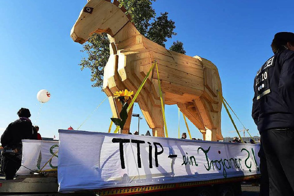 Mindestens 150.000 Menschen protestieren in Berlin gegen TTIP (Foto: AFP)