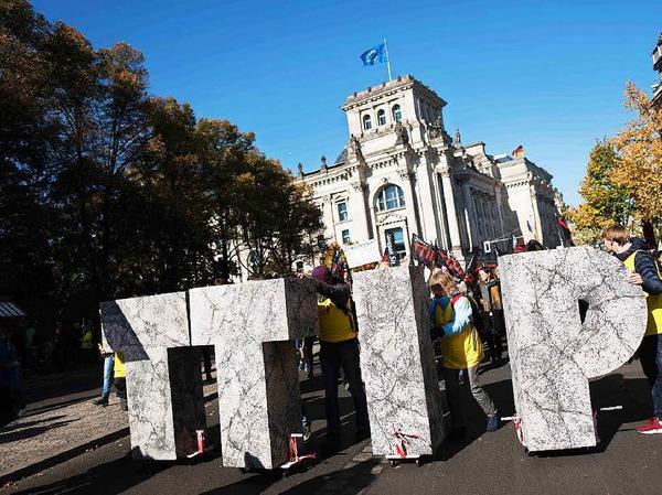 Mindestens 150.000 Menschen protestieren in Berlin gegen TTIP