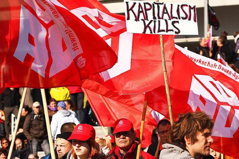 Mindestens 150.000 Menschen protestieren in Berlin gegen TTIP (Foto: dpa)