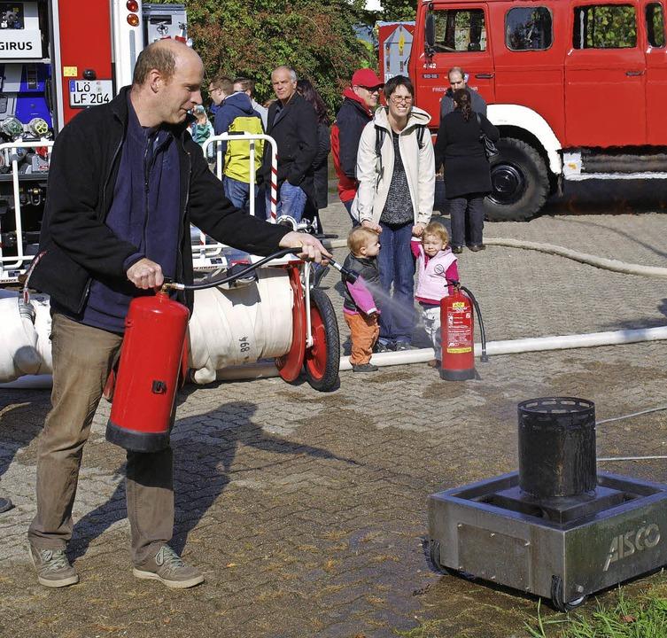 Lernen beim Festbesuch: Feuerwehrleute...uchern den Umgang mit  Feuerlöschern.   | Foto: Paul Schleer