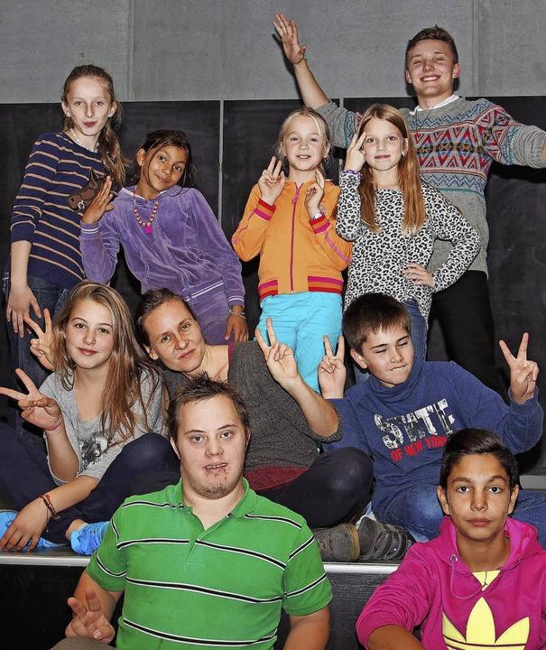 Die junge Theatergruppe von Tempus Fug...ts) und Edwin Engesser (unten, links).  | Foto: Boris Burkhardt