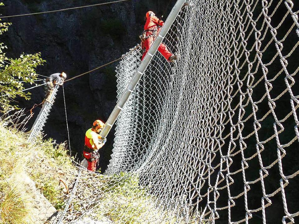 Arbeiter  der Waldkircher Firma Alpina installieren die Anlage.  | Foto: Gregor schuler