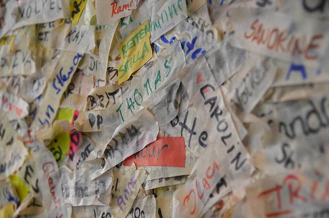 Wer geholfen hat, klebt seinen Namen an die Tür.  | Foto: Sina Gesell