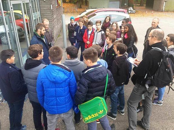 Die Klasse 8c der Hansjakob-Realschule wird von SC-Mitarbeiter Marco Waldraff (links, mit Bart) vor der Fußballschule empfangen.