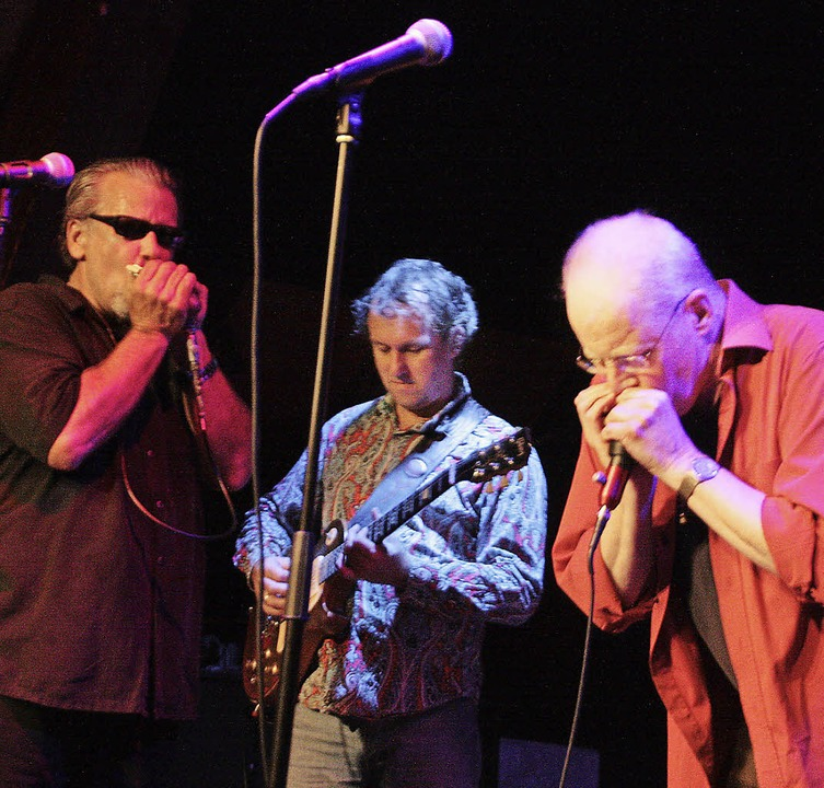Mit Mitch Kashmar (links) und Steve Ba...Bluesharp  im Café Verkehrt die Ehre.   | Foto: Jörn Kerckhoff