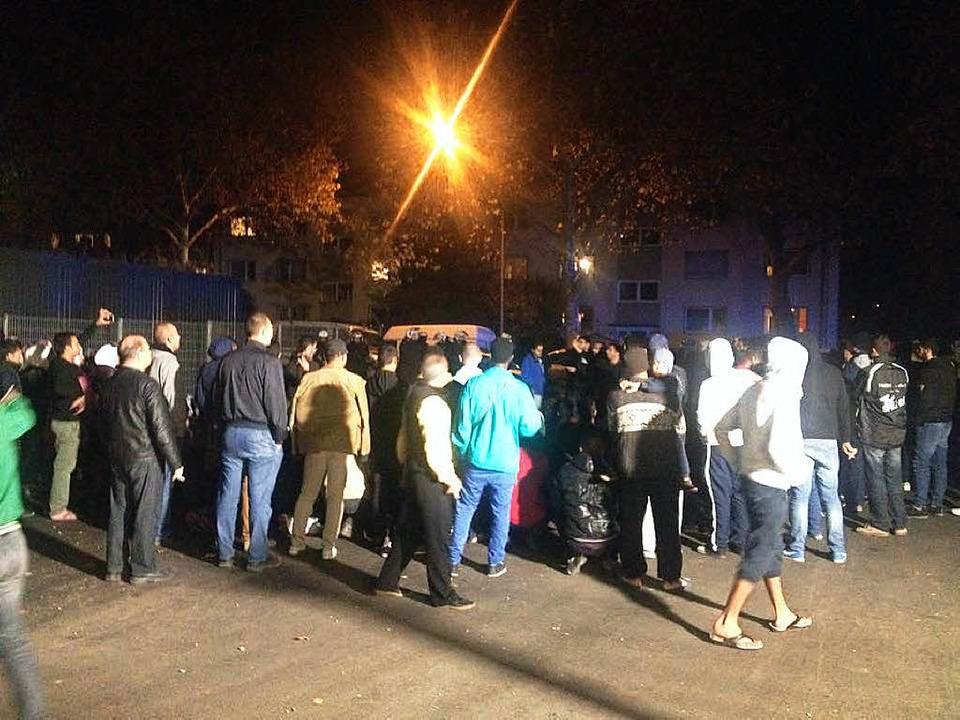 Etwa 100 syrische Flüchtlinge demonstr...der Freiburger Erstaufnahmestelle (EA)    Foto: privat