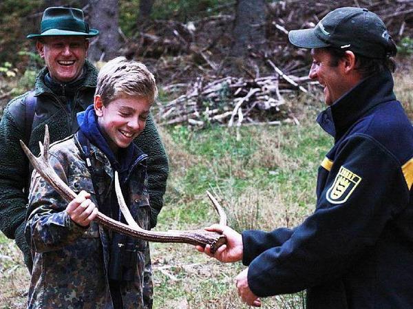 Marius aus Denzlingen hatte bei B. Zettis Ferienspaß ein Special gewonnen und ging, begleitet von seinen Eltern, mit Feldbergförster Achim Schlosser beim Schluchsee auf Pirsch. Die Geduld lohnte sich: Es zeigte sich eine Hirschkuh mit ihrem Kalb.