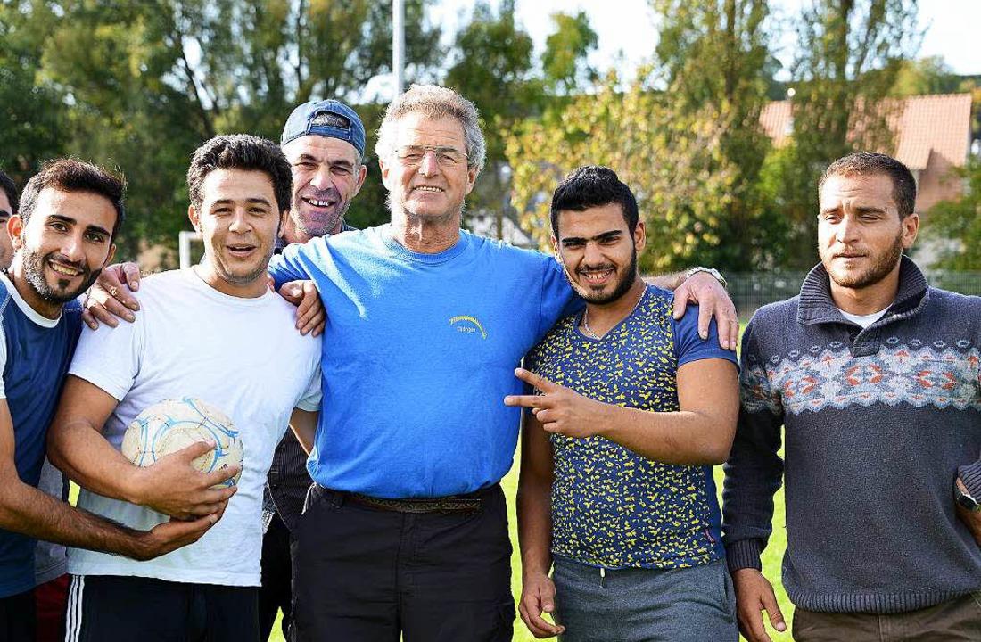 Auch so gelingt Integration: Flüchtlin...elen Fußball mit Helfer Gustav Bickel.  | Foto: Rita Eggstein