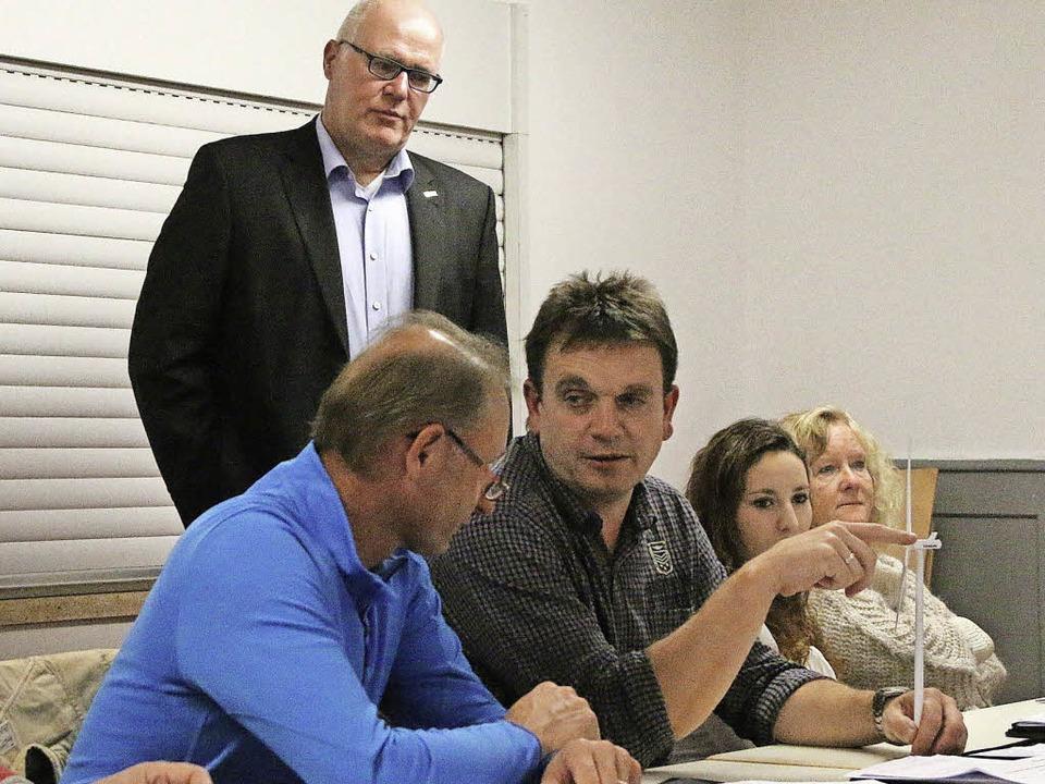 Michael Volz zeigt den Ratsmitgliedern ein Modell-Windrad.  | Foto: Hans-Jürgen Hege