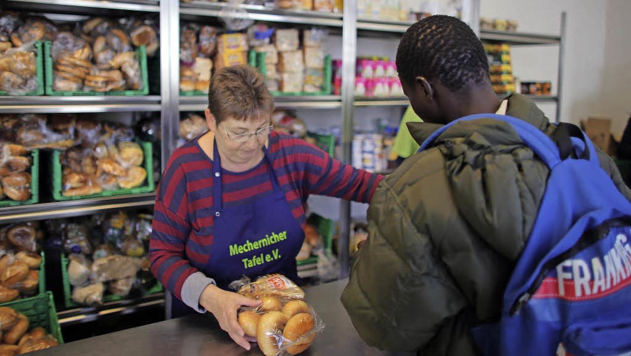 Ein Flüchtling kauft Brötchen in einem...en in Mechernich, Nordrhein-Westfalen   | Foto: DPA