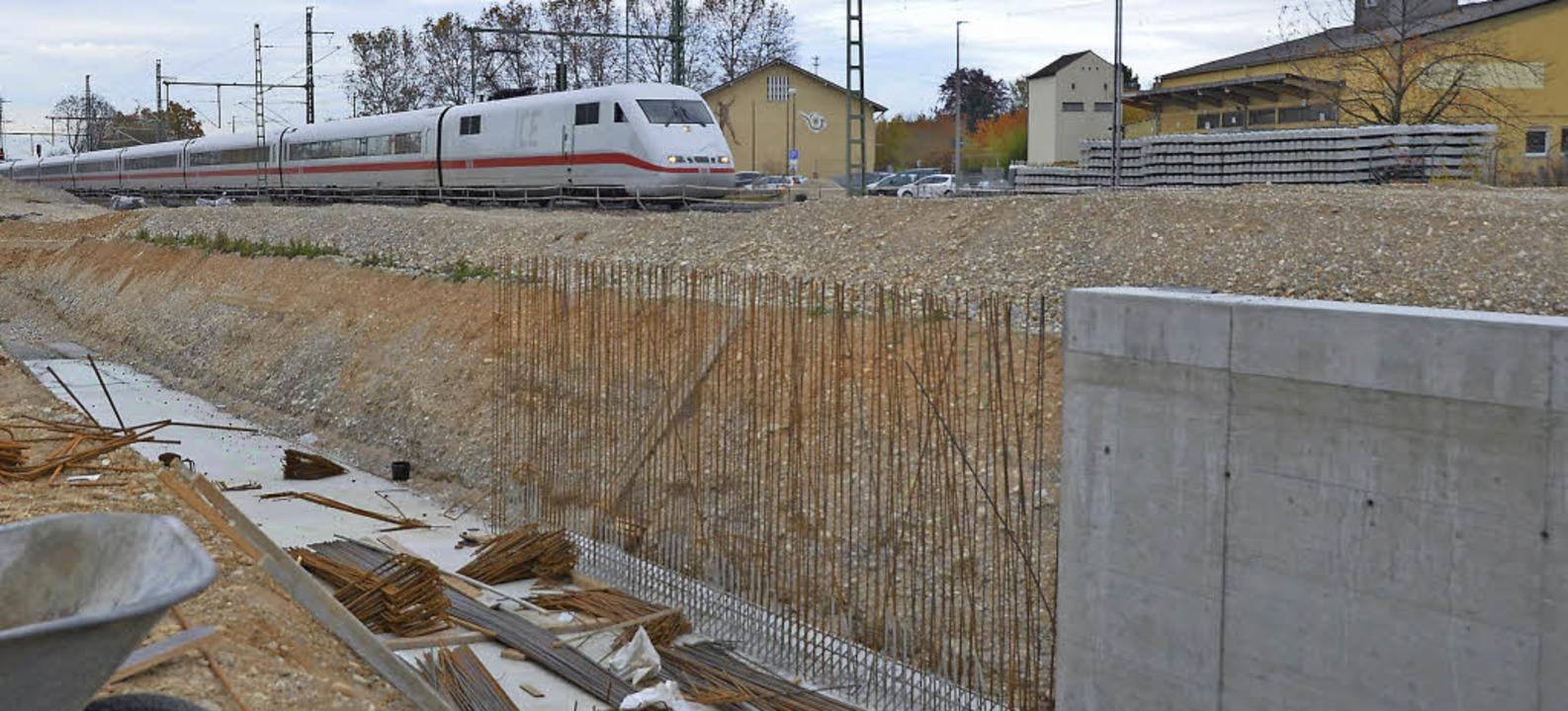 Die Großbaumaßnahme in Haltingen muss ...fenden Bahnbetriebs bewältigt werden.   | Foto: Jochen Fillisch
