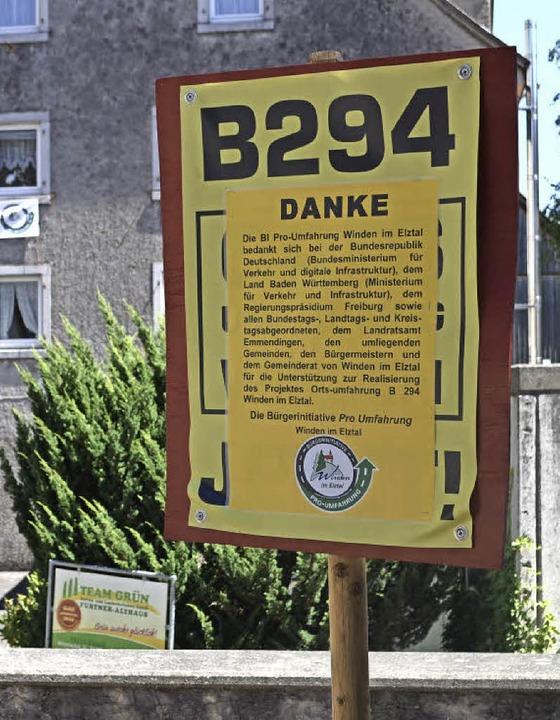 Die Bürgerinitiative Ortsumfahrung B29...plakatte klebte sie diese Dankadresse.    Foto: Nikolaus Bayer