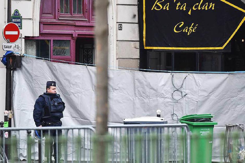 """Ein Polizist steht vor dem Theater """"Bataclan"""". (Foto: dpa)"""