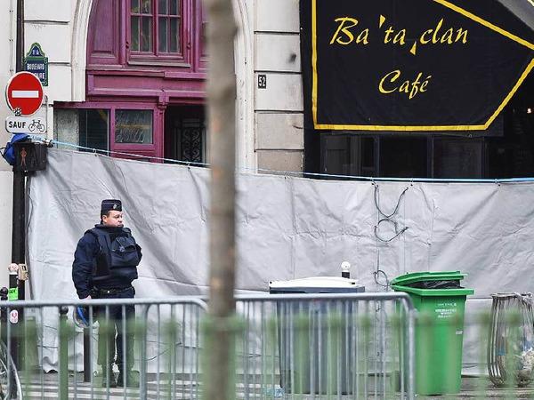 """Ein Polizist steht vor dem Theater """"Bataclan""""."""