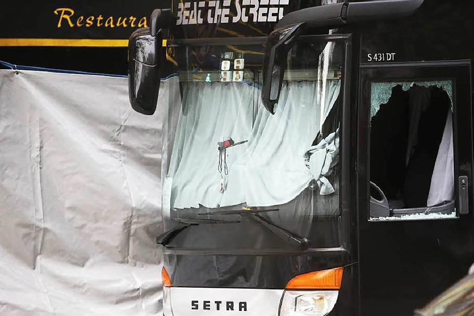 """Einschussloch in der Scheibe eines Busses vor dem """"Bataclan"""". (Foto: AFP)"""
